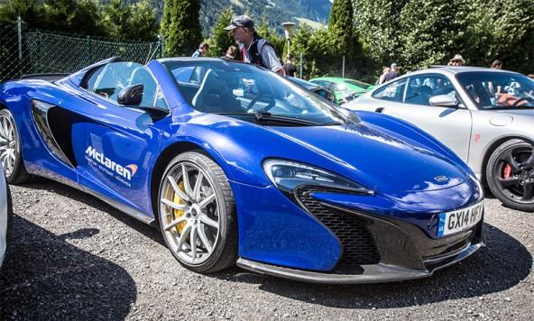 Standesgemäß aus England kommt dieser McLaren. Das Lenkrad hat er dennoch auf der kontinentalen Seite.