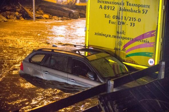 Der Erdrutsch ließ die Drau über die Bundesstraße und den Radweg sowie einige Parkplätze fließen.