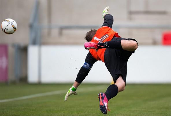 Lienz-Goalie Patrick Schlacher streckt sich vergeblich. 1:0 für Matrei.