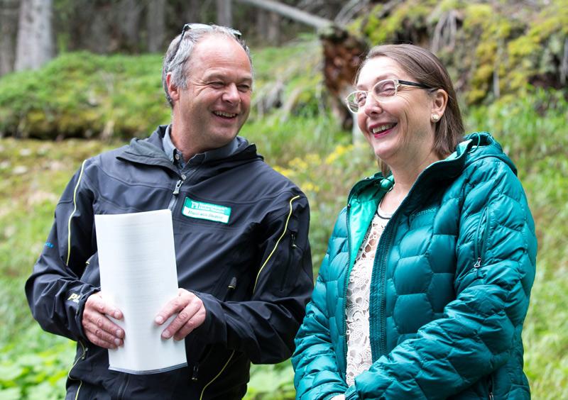 Nationalparkdirektor Hermann Stotter und Landesrätin Christine Baur freuen sich über das Integrationsprojekt.
