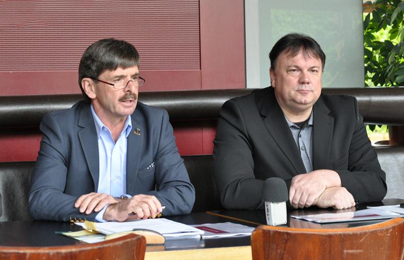 Andreas Köll (rechts) gerät immer häufiger auch in überregionale Schlagzeilen. Das kann auch für Weggefährten wie Dietmar Ruggenthaler unangenehm werden. Foto: Dolomitenstadt/Pirkner