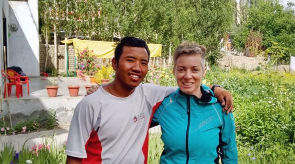 Lehrer und Schulgründer Tirtha Tamang und seine Kollegin Liebgard Fuchs vom anderen Ende der Welt. Sie brachte ein großes Geschenk aus Osttirol mit.