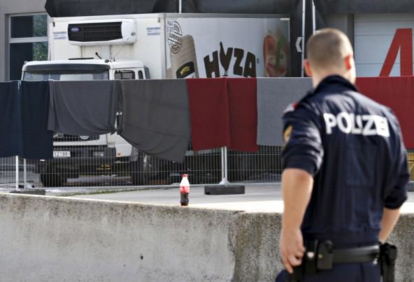 Mühsam verdecktes Grauen: 59 Männer, acht Frauen und vier Kinder starben in diesem Lkw. Foto: Reuters/Hans-Peter Bader