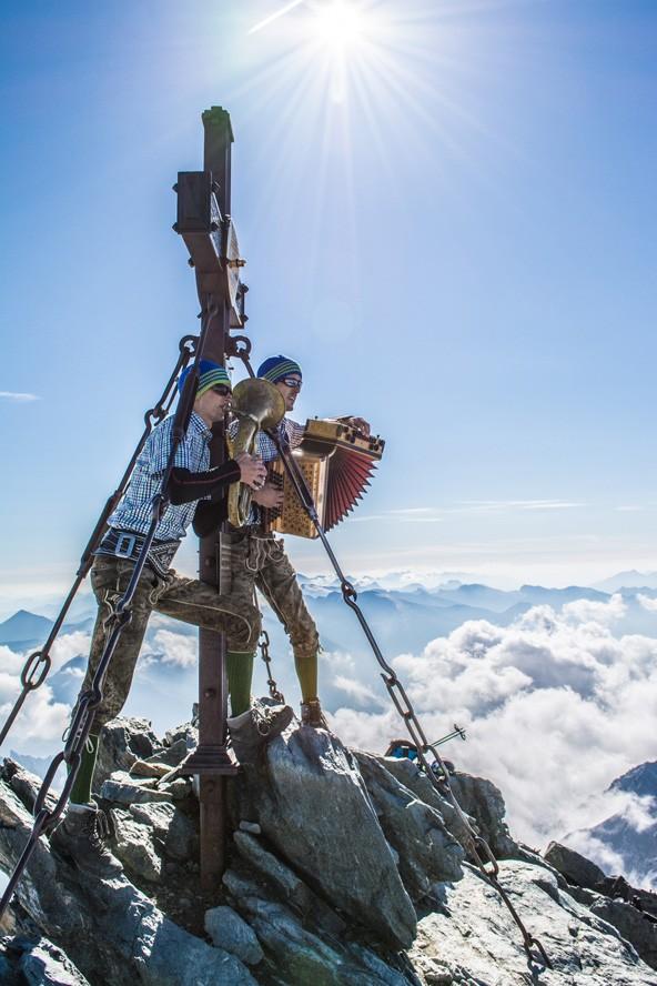 Haben die anderen Bergsteiger sofort die Flucht ergriffen? Zumindest ein wenig von ihnen ist im Bild noch sichtbar.