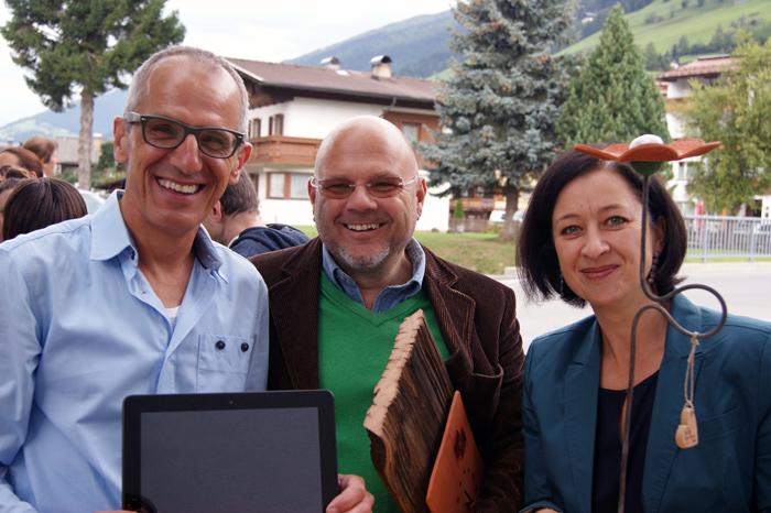 Andrä Weiler dankt Frank und Christine Waltritsch für die Computerspende zur Sprachunterstützung.