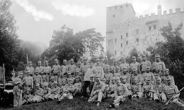 Die Wach- und Ersatzkompanie des Standschützen-Bataillons Lienz vor Schloss Bruck. (Foto: Maria Egger; Sammlg. Stadtgemeinde Lienz/Archiv Museum Schloss Bruck/TAP)