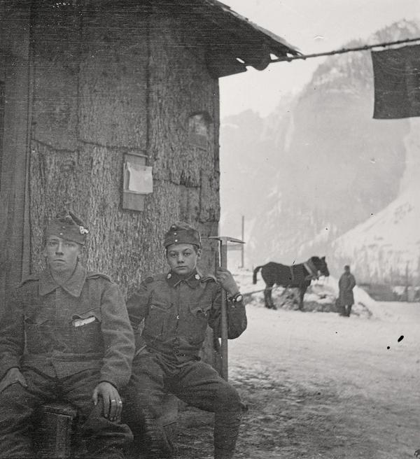 Zwei Lienzer Standschützen harren im Winter 1915/16 im hinteren Gadertal aus. (Foto: Franz Schneeberger; Sammlg. Stadtgemeinde Lienz/Archiv Museum Schloss Bruck/TAP)