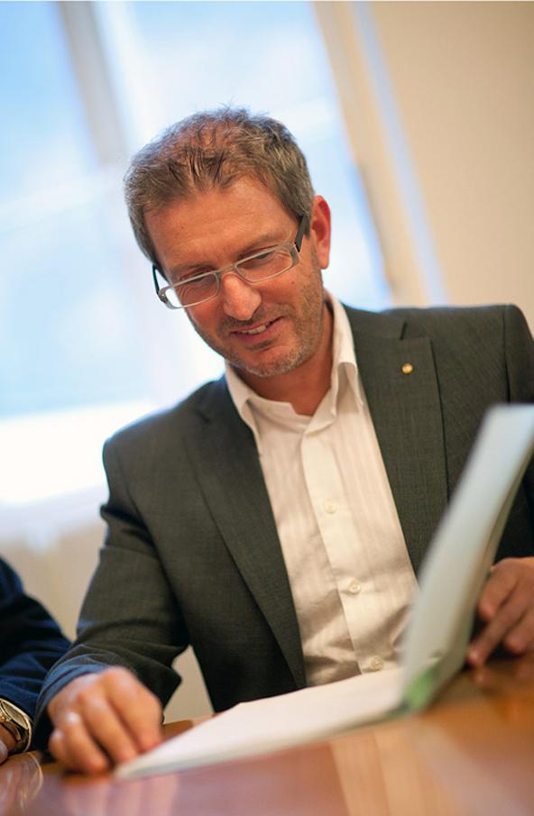 Stadtmarketingabteilungsleiter Oskar Januschke, der mit dem Projekt Breitband betraut ist, stellte im Gemeinderat den aktuellen Stand des Projektes vor. Foto: Martin Lugger