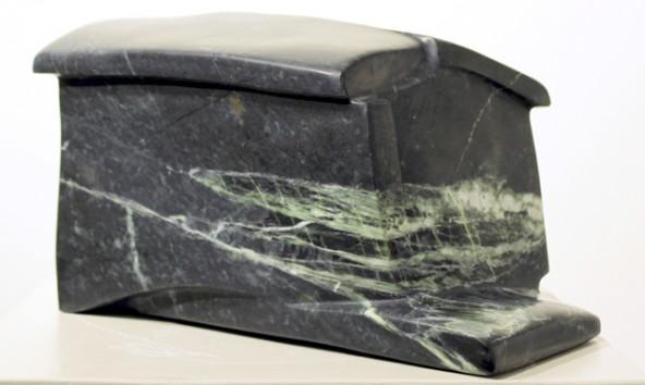 In Peter A. Bärs Bearbeitung wird der rohe Stein zur geschmeidigen und doch auch spröden Skulptur. Fotos: Kunstwerkstatt Lienz
