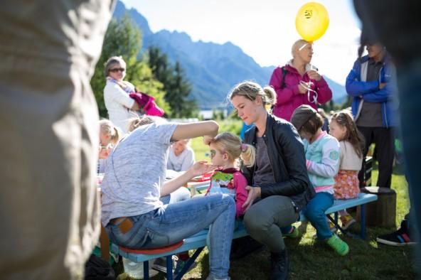 Zur Eröffnung des Kinderspielplatzes fand ein Fest mit Spielen, Malen und Würstln. Fotos: Marco Leiter