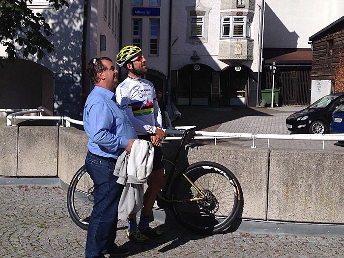 Vizebürgermeister Meinhard Pargger und Spitzensportler Alban Lakata blicken auf den Fototurm; zufrieden der eine, ein wenig überwältigt der andere. Foto: Dolomitenstadt/Ingruber
