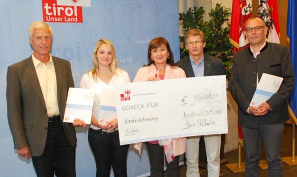 LRin Beate Palfrader übergibt den Vertretern der geförderten Einrichtungenden einen symbolischen Förderscheck. Für Osttirol sind es 350.000 Euro. Foto: Land Tirol/Wikipil