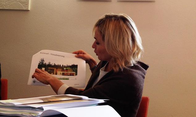 Bgm. Elisabeth Blanik zeigt den provisorischen Plan. Rechts wird die Bergrettung ihre Unterkunft finden, links der Wildwasserpark von Cools. Foto: Dolomitenstadt