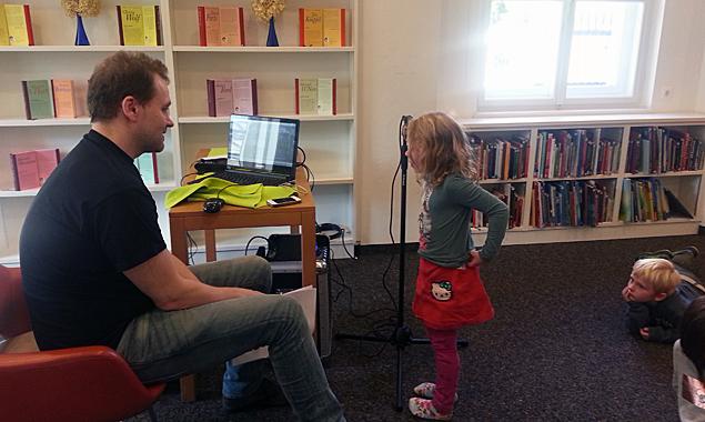 Günter Rubik nahm mit den Kindern ein Hörspiel auf. Zuerst sprach er mit ihnen die Texte, Geräusche und die verschiedenen Rollen durch. Fotos: Stadtbücherei Lienz