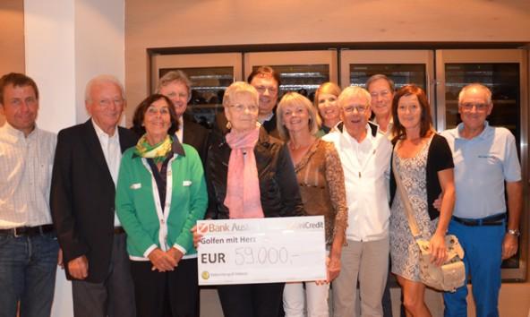 """Auf dem symbolischen Scheck steht """"59.000 Euro"""", doch ein großzügiger Golfer rundete schließlich auf 60.000 auf."""