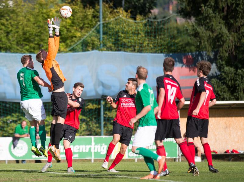 Torhüter Thomas Heinzle, vom FC-WR, hatte sein Revier gut im Griff.