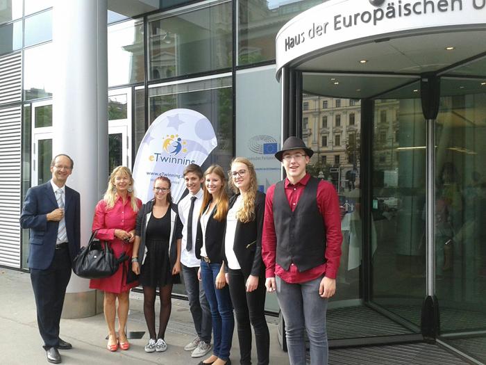 Projektleiter Roland Roßbacher, Direktorin Ursula Strobl und die Schüler, die am Projekt mitgearbeitet hatten, fuhren zur Preisverleihung nach Wien. Foto: BG/BRG Lienz