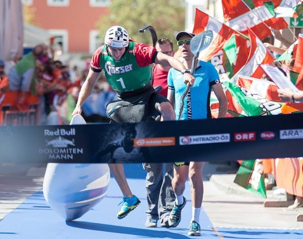 """Manueal Filzwieser hatte sogar noch die Kraft zu einem """"Zielsprung"""" zum Sieg beim Dolomitenmann 2015."""