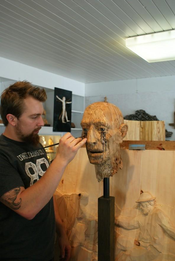 Georg Leitner in seinem Atelier, während der Vorbereitung für die Ausstellung. Foto: Volksbank