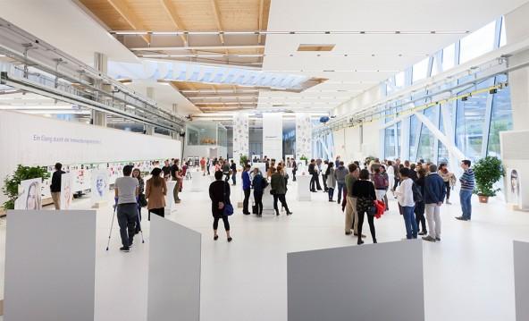 Die riesige Werkhalle von Durst war spektakulärer Rahmen für die Heimweh-Party, die zugleich auch eine Ausstellung war. Foto: Martin Lugger