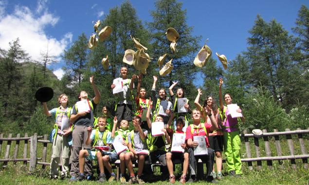 Die Junior-Ranger feiern die bestandene Abschlussprüfung am Ende ihrer Zeit im Nationalpark Hohe Tauern. Foto: NPHT/Angerman