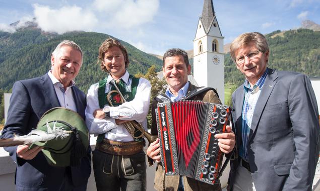 """Kals wird zum Star in """"Mei liabste Weis"""", v.l.: Helmut Krieghofer (Direktor ORF-Landesstudio Tirol), Martin Gratz (Vizebgm. Kals), Franz Posch (Präsentator und Erfinder von """"Mei liabste Weis"""") und Klaus Unterweger (Bgm. Kals). Fotos: EXPA/Johann Groder"""