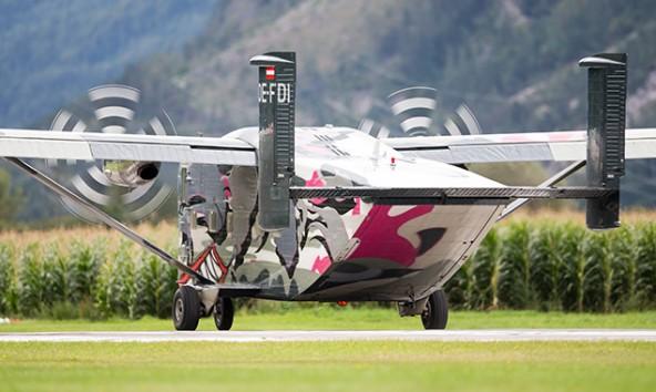 Wenn die Skyvan auf 4000 Metern Höhe ihr Hinterteil öffnet, purzeln ein Dutzend Springer heraus, von denen manche auch einen Tandem-Passagier dabei haben. Foto: Expa/Groder
