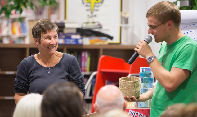 Christine Teichmann gewinnt den Poetry Slam und Profi Stefan Abermann gratuliert begeistert. Fotos: Brunenr Images