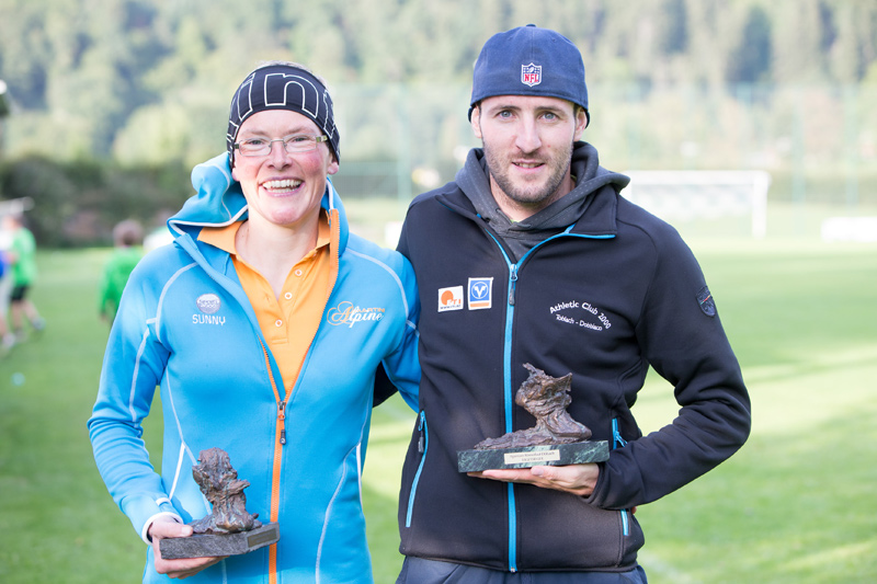 Die beiden Tagessieger Irmgard Huber und Daniel Hackhofer mit ihren Trophäen. Fotos: Sportverein Dölsach
