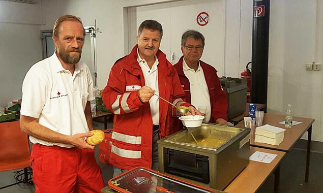 Die Osttiroler Sanitäter helfen unter anderem bei der Essensausgabe. Fotos: Rotes Kreuz Osttirol