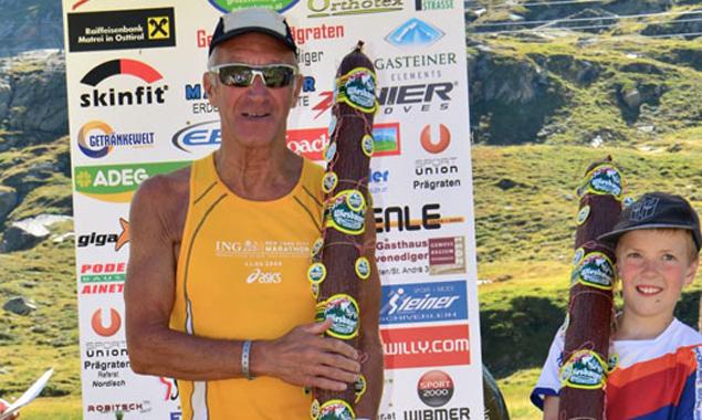 Der älteste und der jüngste Läufer (v.l.: Manfred Leitner und Niklas Islitzer) mit einem Sonderpreis. Foto: Anton Weiskopf