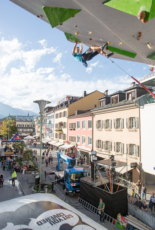 Auf die Besucher wartet neben tollem Klettersport auf Musik und Verpflegung beim Free Solo auf dem Hauptplatz in Lienz. Fotos: Expa/Groder