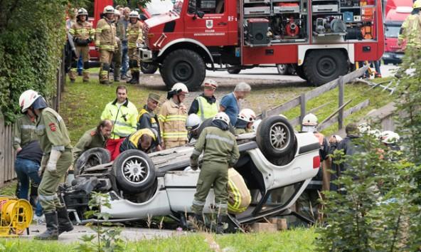 Der Beifahrer konnte mit Hilfe der Freiweilligen Feuerwehr aus dem Auto geholt werden. Fotos: Brunner Images