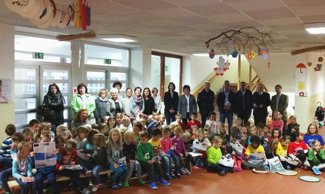 Die Kinder der Volksschule Nord erhielten einen Schulplan, der den sichereren weg in die Schule zeigt.
