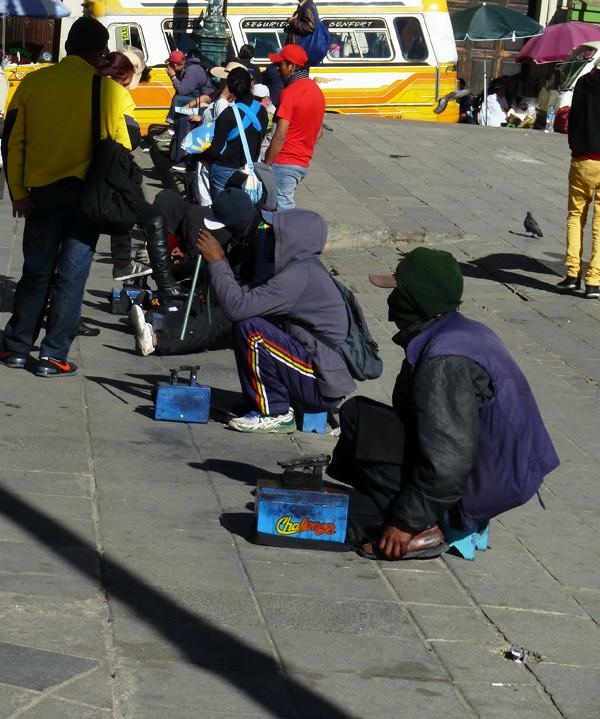 Für jene ohne Bildung ist das Putzen von Schuhen in Lokalen und auf der Straße eine Chance zum Überleben.