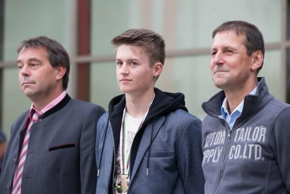 Felix zwischen Bürgermeister Andreas Pfurner (links) und Günther Feuchtner, für dessen Team er fährt.