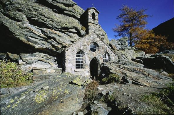Die Felsenkapelle ist eine der vielen Besonderheiten des Tals. Foto: Osttirol Werbung/Lammerhuber