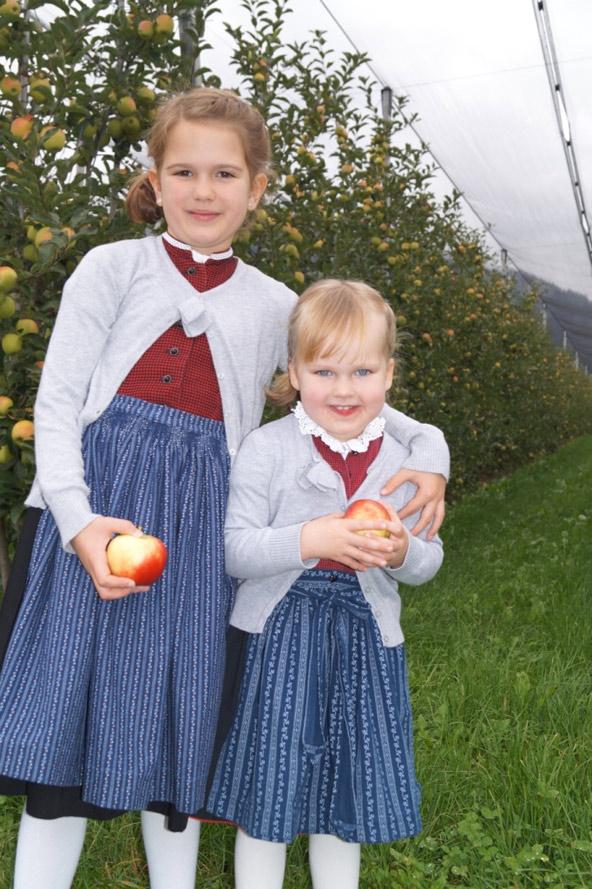 Mirjam und Judith genießen die frisch geernteten Äpfel.