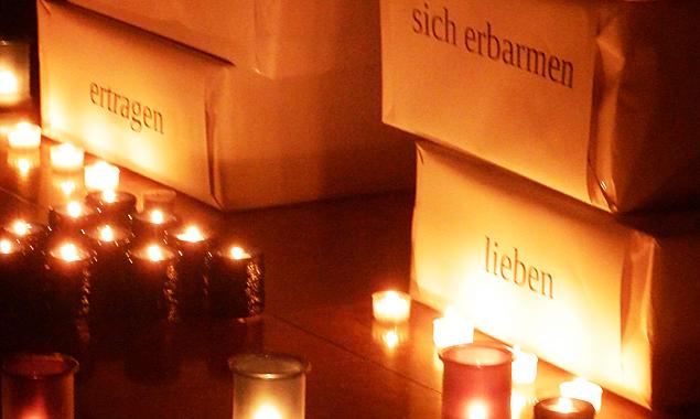 Jugendliche werden die Kirchen mit Kerzen und Texten und zuweilen auch mit anderen Aktionen zur Einstimmung auf ein besinnliches Allerheiligen schmücken.
