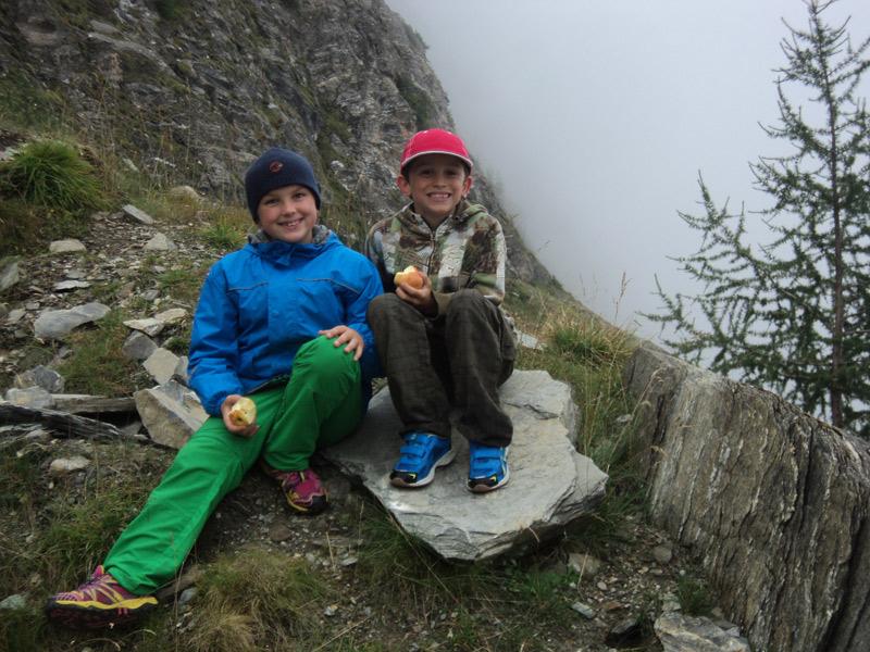 Alexandra und Clemens Gratz gehen gerne Wandern. Derzeit haben sie das richtige Wetter dafür. Und wenn sie dann wieder zu Hause sind, setzen sie sich oft hin und lesen ein Buch.