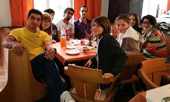 """Zum ersten """"Cafe für alle"""" in Prägraten reisten auch die jungen Sillianer und Heinfelser HelferInnen an. Fotos: Petra Stranger, FWZ Osttirol"""