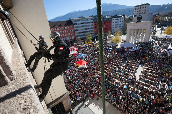 Die Show war filmreif und wird hoffentlich nie zum Ernstfall: Männer der Cobra entern das Innsbrucker Landhaus. Foto: Land Tirol/Die Fotografen