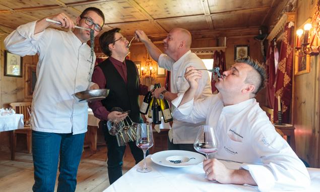 Sie kochen nicht nur außergewöhnlich gut, sie genießen die Gerichte auch gemeinsam, v.l.: Markus Holzer, André Cis, Christian Oberhammer und Josef Mühlmann. Fotos: EXPA/Johann Groder