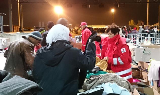 1.700 Flüchtlinge und kaum etwas Warmes zum Anziehen. Marianne und Peter vom Roten Kreuz Lienz versuchen trotzdem, mit sehr viel Liebe Brauchbares für alle zu finden: Foto: Camillo Girstmair