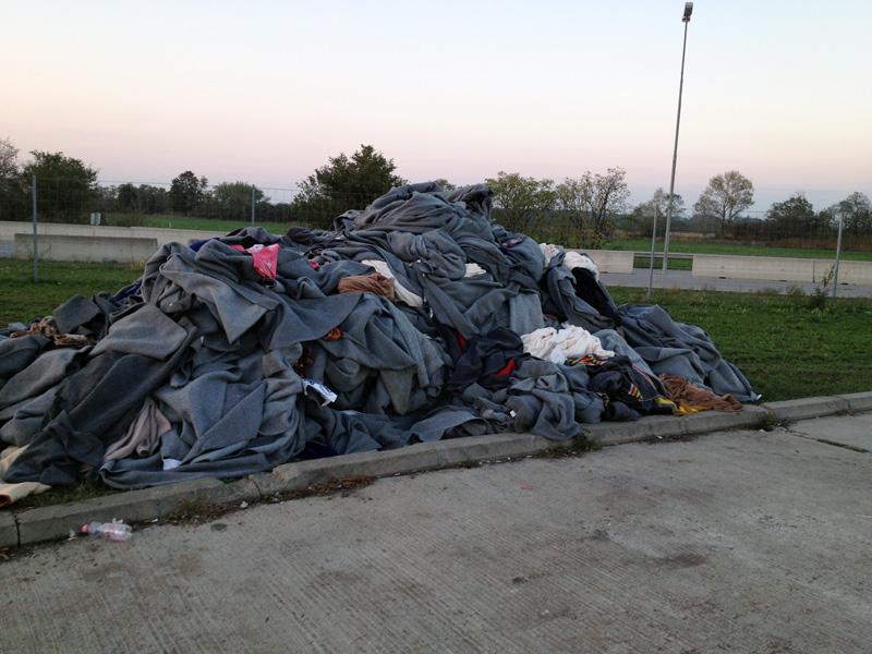 Hunderte Decken helfen in der ärgsten Kälte über die Wartestunden. Am nächsten Tag werden sie eingesammelt, gereinigt und dann wieder verteilt.