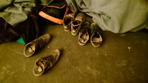 Die wenigsten Flüchtlinge haben brauchbare Schuhe an. Viele kommen in Sandalen, ohne Socken. Schuhe wie diese gehören schon zu den besseren Exemplaren. Fotos: Camillo Girstmair