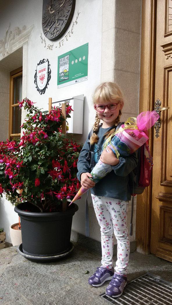 Hannh Pitterl geht gerne in die Schule. Das Lesen macht ihr offensichtlich besonders Freude.