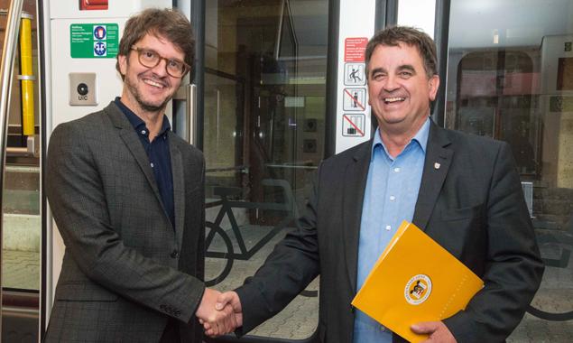 Alexander Jug (Regionalmanager ÖBB-Personenverkehr AG) und Vizebürgermeister Meinhard Pargger freuen sich über die aktuellen Zahlen. Foto: Stadt Lienz