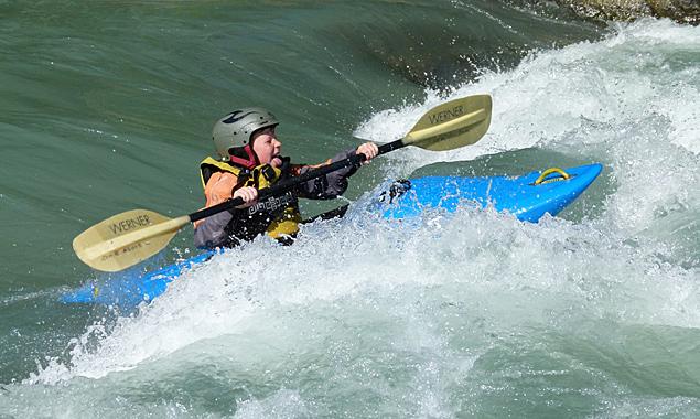 """""""Die Wildwasserwelt gehört mir"""", scheint der Nachwuchs zu jubeln. Spaß macht das Training jedenfalls ganz offensichtlich."""