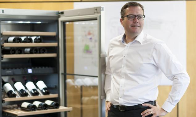 Holger König, Geschäftsführer der Liebherr-Hausgeräte Lienz GmbH zeigt das Flaggschiff der Produktion in Lienz: den berühmten Weinkühler. Fotos: Martin Lugger
